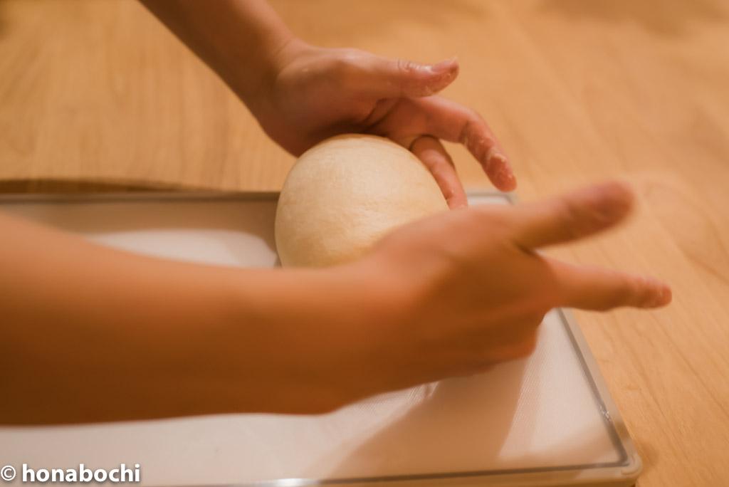【初めての手作りパン】手ごねパンのこね方と丸め方を紹介します!